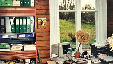 Ensimmäinen muutto ja uutukaiset huonekalut - toimistotekniikka odottaa vielä tuloaan.